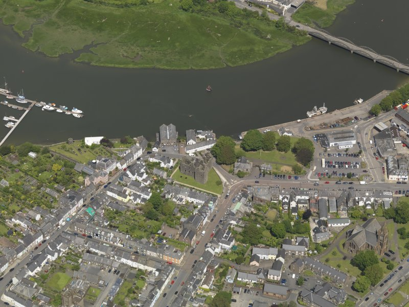 Oblique aerial view of Kirkcudbright centred on MacLellan's Castle, taken from the S.
