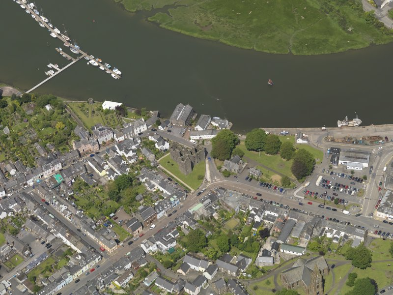 Oblique aerial view of Kirkcudbright centred on MacLellan's Castle, taken from the SSE.