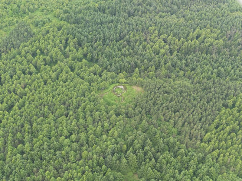 Oblique aerial view centred on the remains of the broch, taken from the SE.