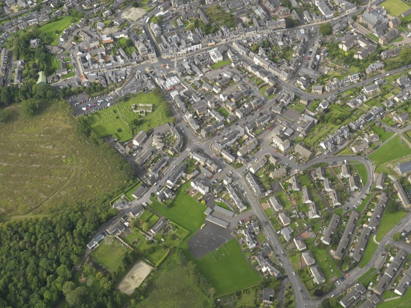 Oblique aerial view centred on the town, taken from the S.