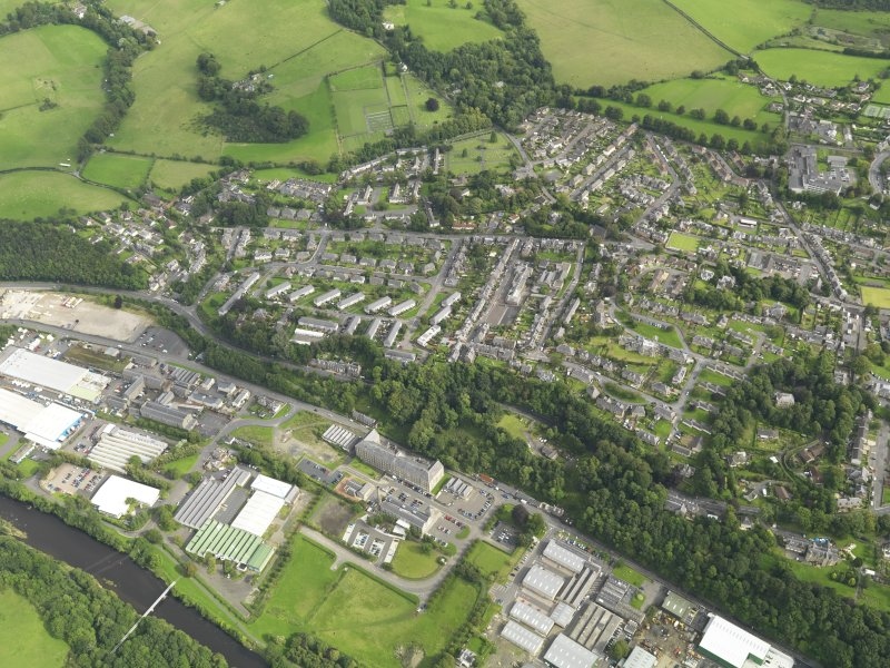Oblique aerial view centred on the town, taken from the W.