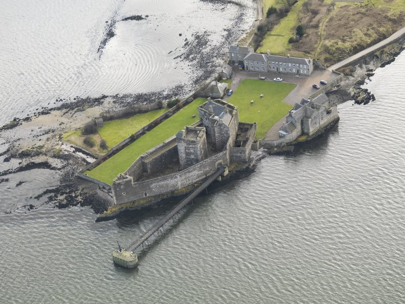 General oblique aerial view centred on Blackness Castle, taken from the NNW.