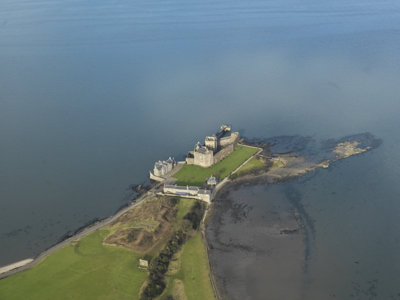 General oblique aerial view centred on Blackness Castle, taken from the SSE.
