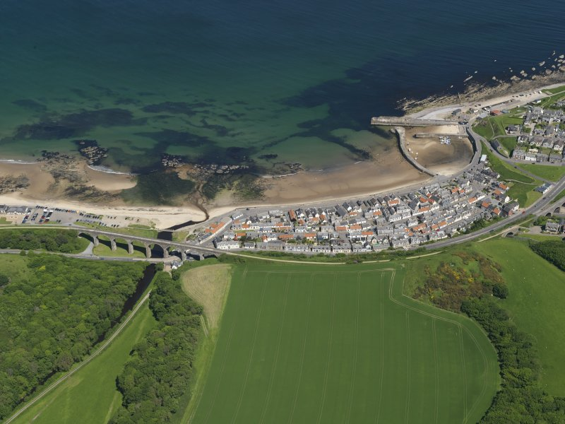 General oblique aerial view centred on the Seatown part of the town of Cullen, taken from the SSW.