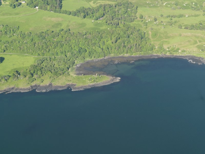 General oblique aerial view of Caisteal nan Con and the fish trap, taken from the SW.