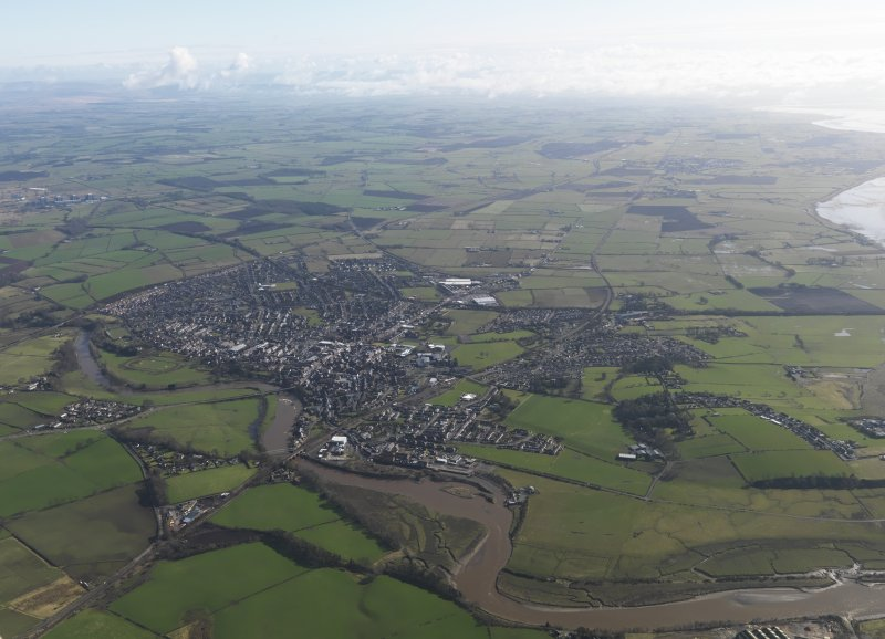 General oblique aerial view centred on the town, taken from the SSW.