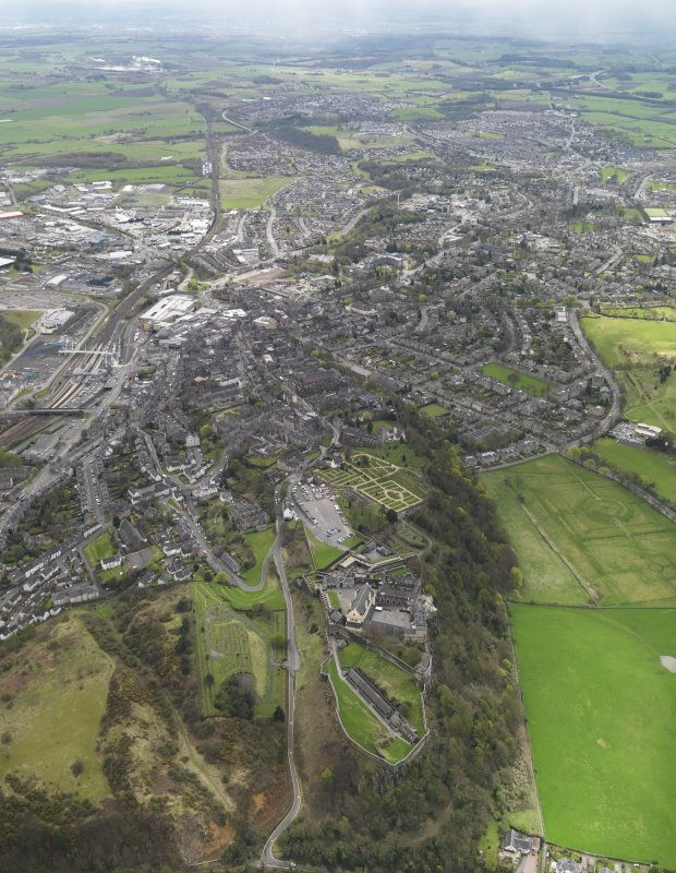 Stirling.  General oblique aerial view of the city centred on Stirling Castle, taken from the NNW.