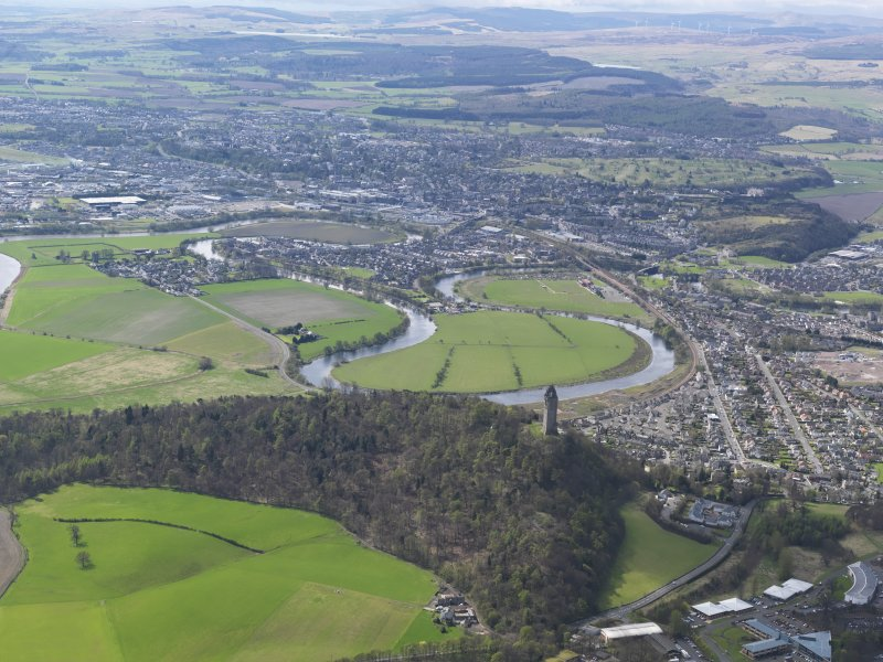 General oblique aerial view of the city centred on Stirling Castle, taken from the NE.