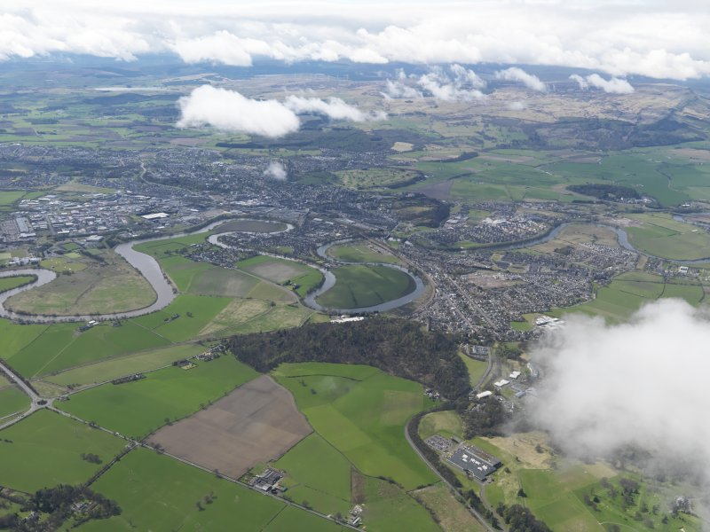 General oblique aerial view of the city centred on the Stirling Castle, taken from the NE.