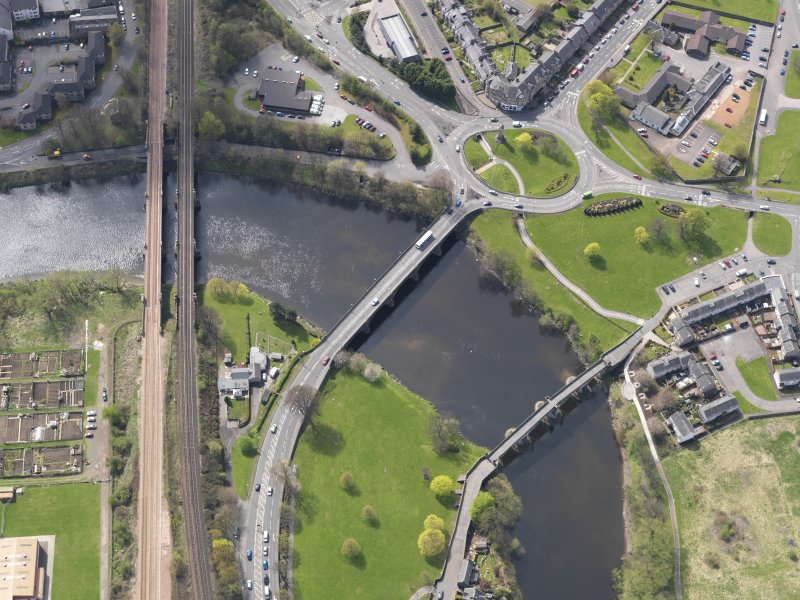 General oblique aerial view centred on the Causewayhead Road New Bridge, taken from the NE.