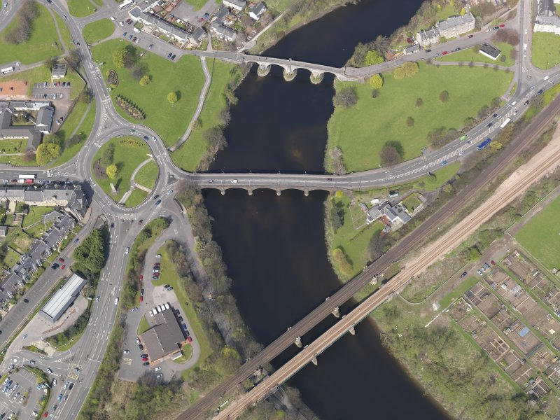 General oblique aerial view centred on the Causewayhead Road New Bridge, Stirling, taken from the NE.