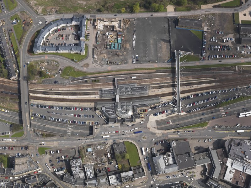 General oblique aerial view centred on the railway station, Stirling, taken from the SW.