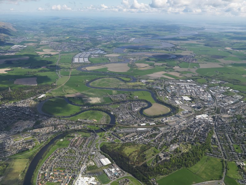 General oblique aerial view of the city looking E towards the River Forth valley and Kincardine, with Stirling Castle in the foreground, taken from the NW.
