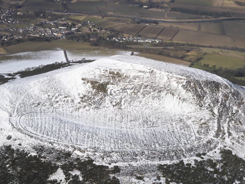 Oblique aerial view of Eildon Hill North fort, looking NNW.
