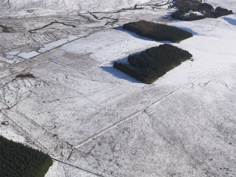 Oblique aerial view centred on the remains of the Roman Temporary Camps and the linear earthwork at Pennymuir, looking SE.
