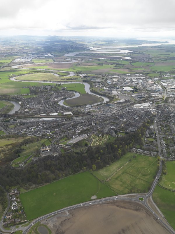 General oblique aerial view of the city centred on Stirling Castle, taken from the NW.