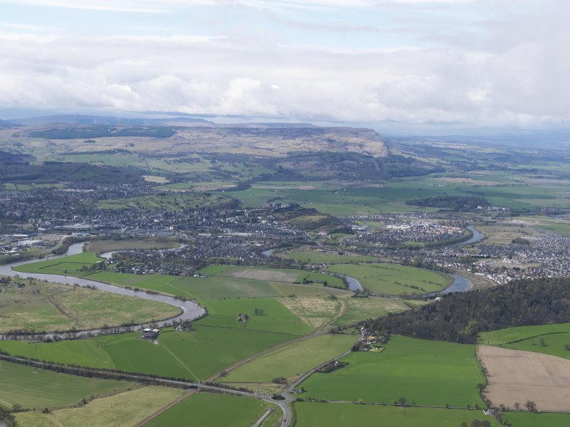 General oblique aerial view of the city centred on the castle following the course of the River Forth, taken from the NE.