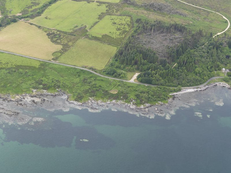Oblique aerial view centred on the remains of the Kildonan Bay dun, taken from the ESE.