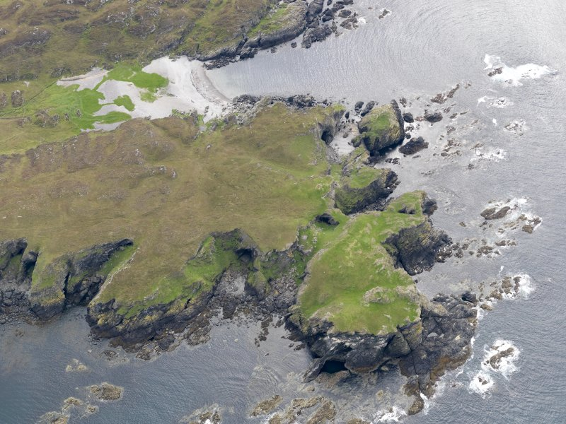 Oblique aerial view of Dun  Uragaig and Port nam Fliuchan, taken from the NNE
