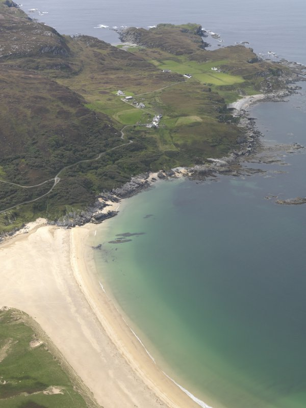 General oblique aerial view of Kiloran Bay looking towards Uragaig, Dun Tealtaig and Dun Uragaig, taken from the NE.