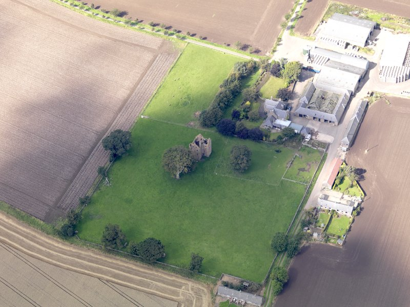 General oblique aerial view of Braikie Farm, centred on  Braikie Castle, taken from the SE.