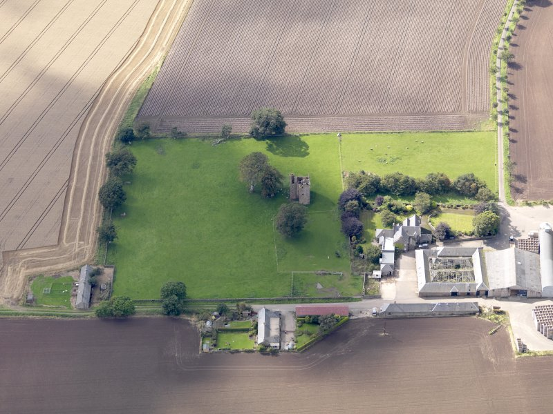 General oblique aerial view of Braikie Farm, centred on  Braikie Castle, taken from the NE.