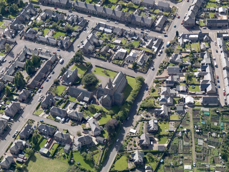 General oblique aerial view of the Montrose Road area of Forfar, centred on Lowson Memorial Church, taken from the NE.