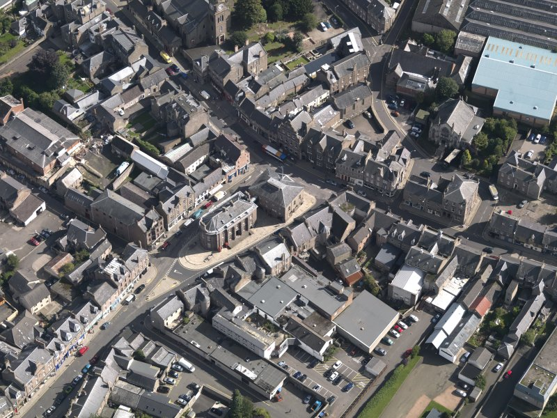 General oblique aerial view of the High Street area of Forfar, centred on Municipal Buildings, taken from the NW.
