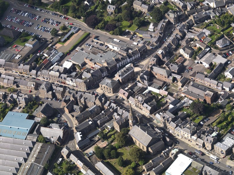 General oblique aerial view of the High Street area of Forfar, centred on Municipal Buildings, taken from the SE.