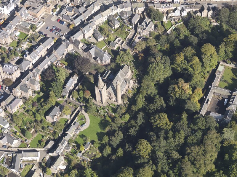 General oblique aerial view of the Skinner's Burn area of Brechin, centred on Brechin Cathedral, taken from the SW.