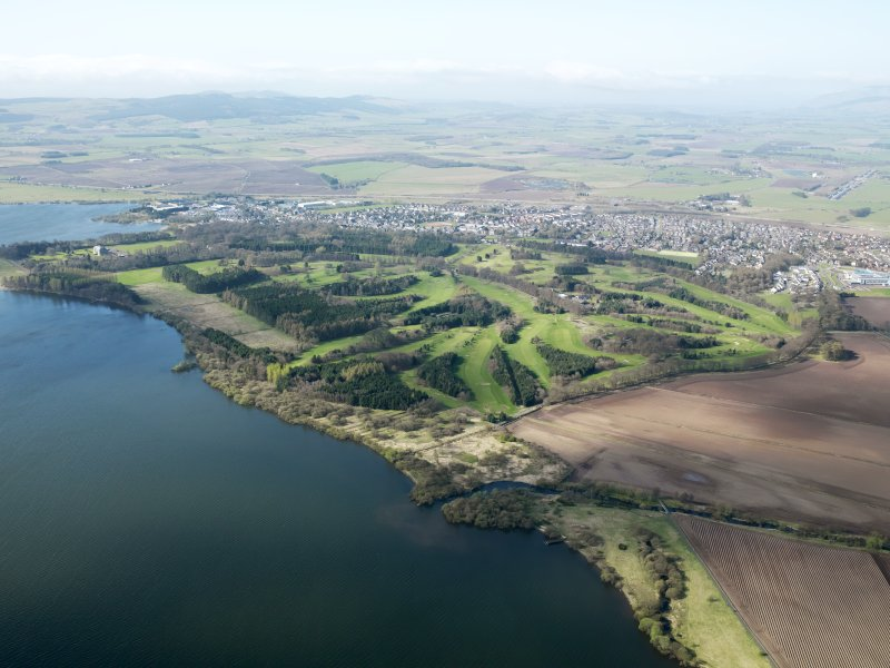 General oblique aerial view of Kinross, taken from the NE.