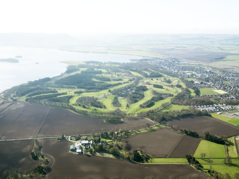 General oblique aerial view of Kinross centred on the Bruce Golf Course, taken from the N.