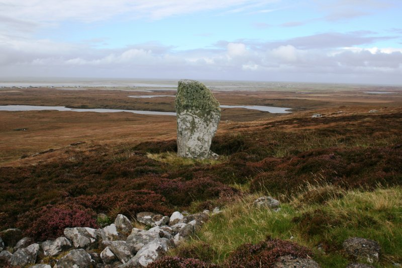 View of the standing stone to the WSW of the cairn.