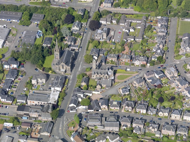 Oblique aerial view of Alloa West Church and St Mungo's Parish Church, taken from the E.