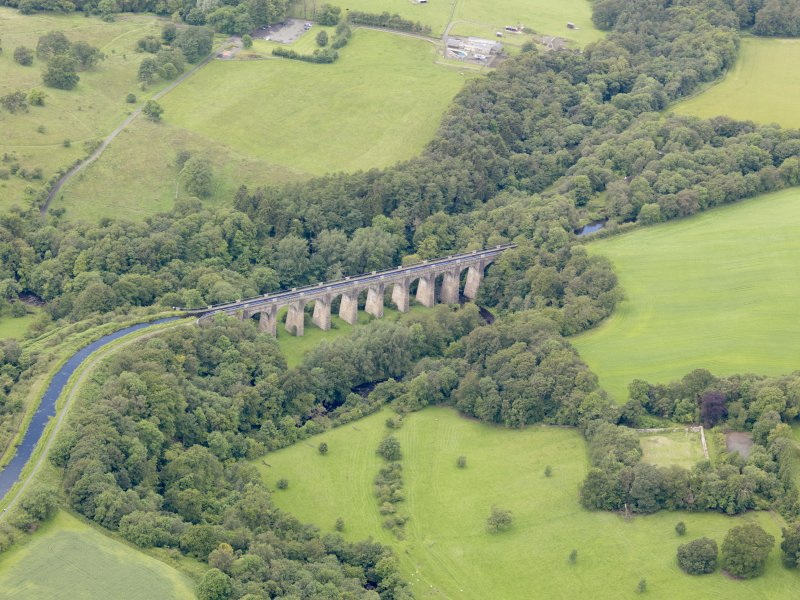 Oblique aerial view of Union Canal Avon Aqueduct, taken from the NE.