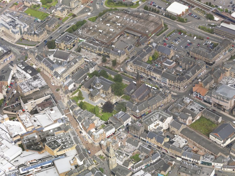 Oblique aerial view of Falkirk Old Parish Church and St Andrew's Church, taken from the SE.