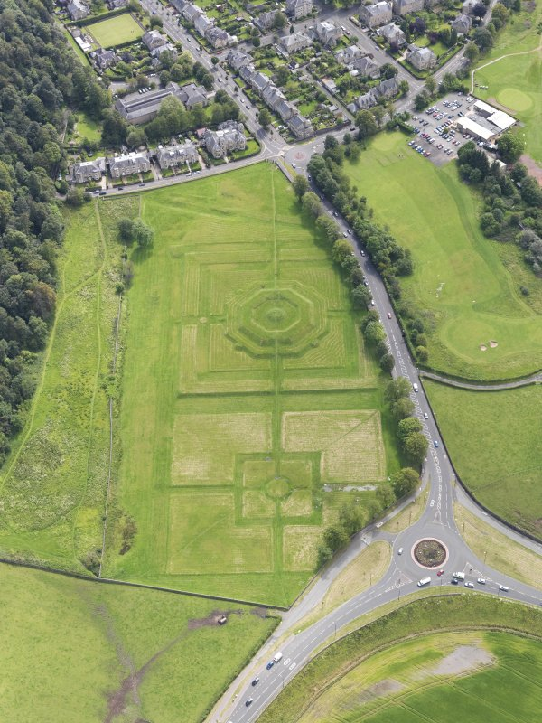 General oblique aerial view of the King's Knot at Stirling, taken from the NNW.