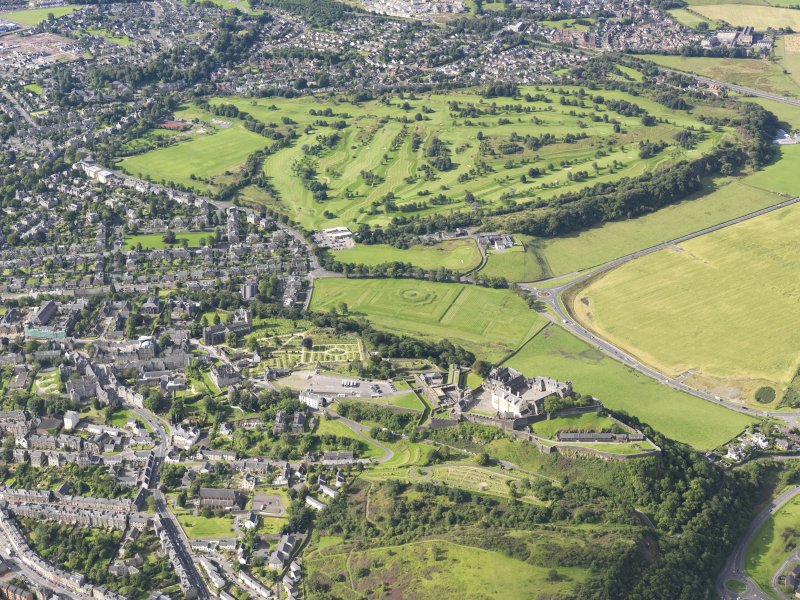 General oblique aerial view of Stirling Castle and Stirling Golf Course, taken from the NNE.