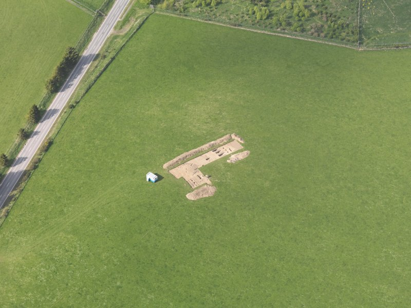 Oblique aerial view centred on the excavation of the enclosures at Barflat, Rhynie, taken from the S.