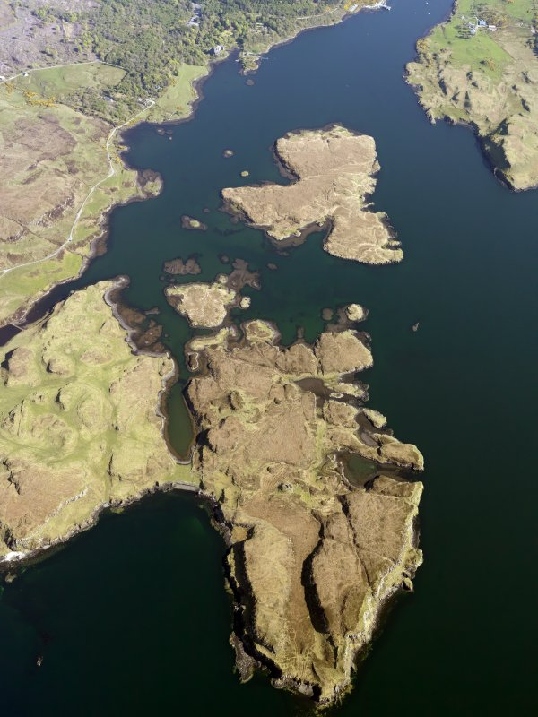 General oblique aerial view of the remains of the fish traps and lazy beds at Fiadhairt, looking towards Dunvegan, Isle of Skye, taken from the NNW.