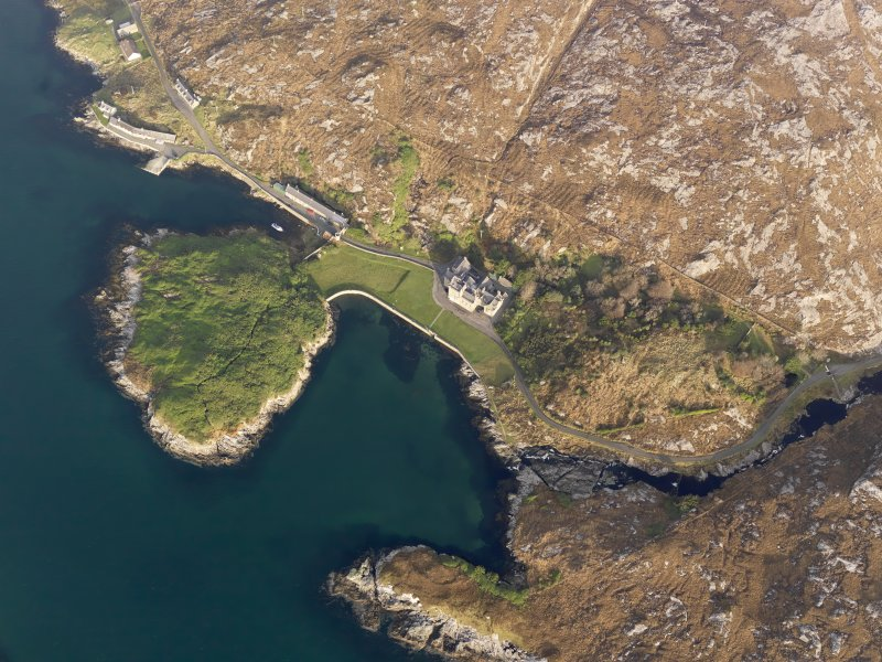 Oblique aerial view centred on Amhuinnsuidhe Castle, taken from the S.