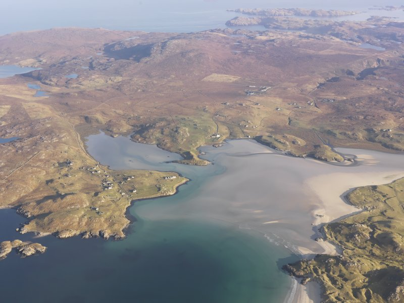 General oblique aerial view of Crowlista and Dun Borranish centred on Traigh Uige, taken from the SSW.