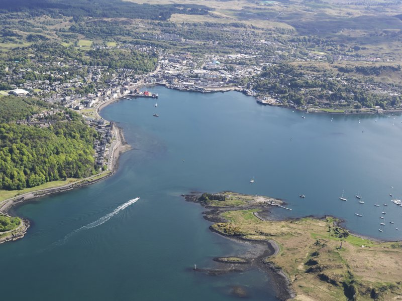 General oblique aerial view of Oban looking across the bay, taken from the NW.
