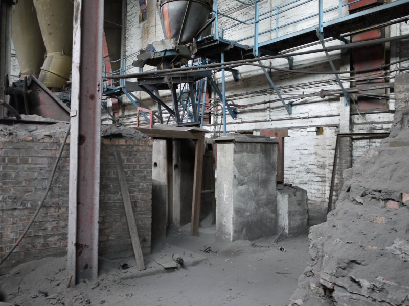 Pan House/ Machine Wing, ground floor. Interior. Hopper no.3. A conveyor carried the material from the hoppers towards the brick making machine and onto the extruder, cutter and driers.
