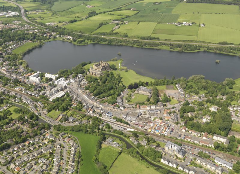 General oblique aerial view of Linlithgow centred on Linlithgow Palace, taken from the ESE.