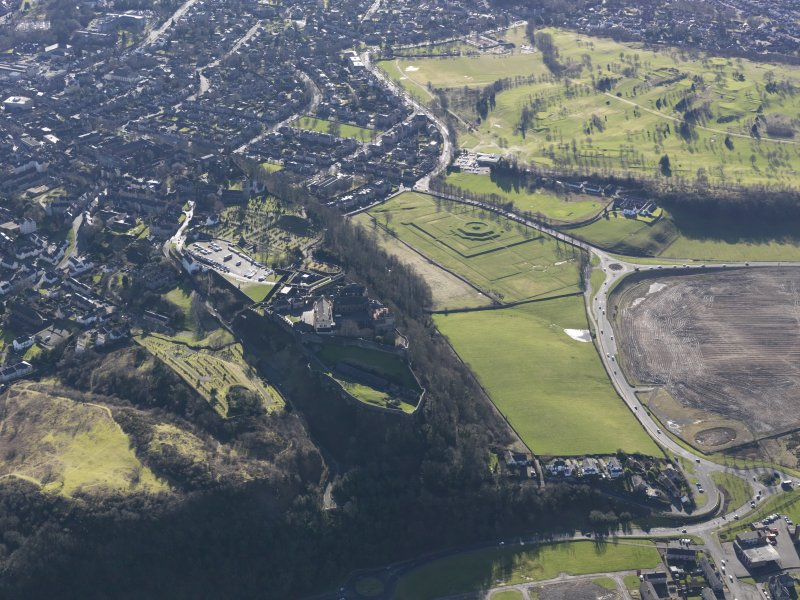 General oblique aerial view of King's Knot and Stirling Golf Course, taken from the N.