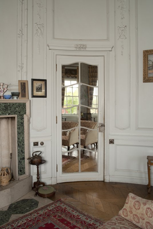 Interior. 1st floor, morning room, view of curved mirrored door