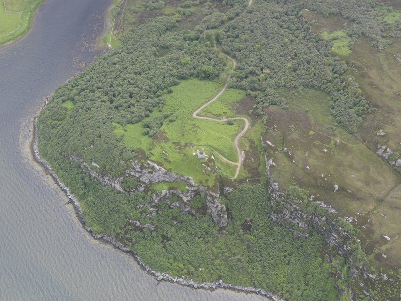 Oblique aerial view centred on Caisteal Bharraich, looking SE.
