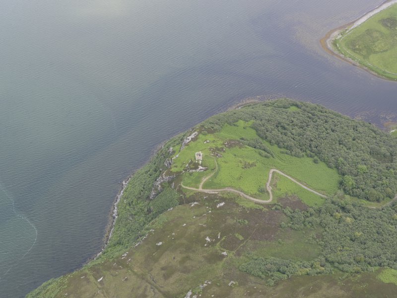 Oblique aerial view centred on Caisteal Bharraich, looking NE.