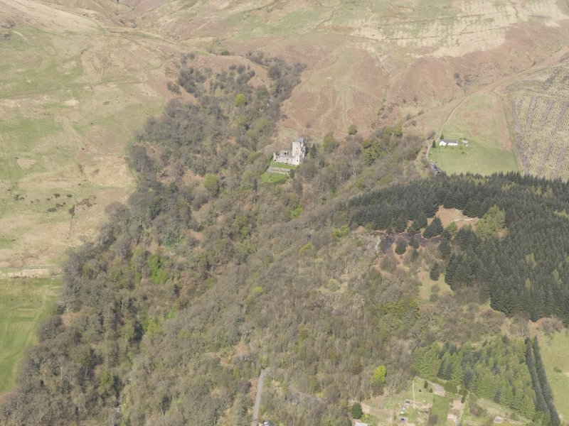 Oblique aerial view of Castle Campbell, Dollar, looking NW.